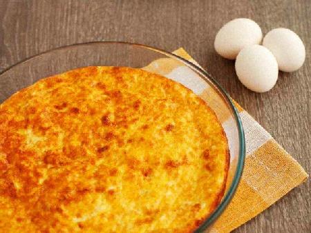 Пухкав печен омлет със сирене, прясно мляко и брашно в тава на фурна - снимка на рецептата